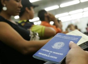 Desemprego bate recorde de 14,7%, diz IBGE