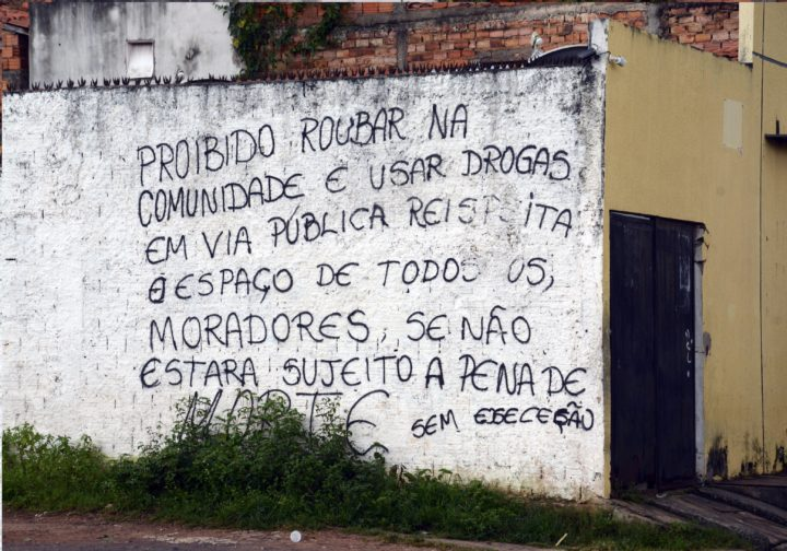 Em alguns muros da capital maranhense, membros de facções criminosas vêm fazendo ameaças a integrantes das próprias facções ou facções rivais que cometam atos infracionais contra moradores de suas comunidades. Foto: Honório Moreira.