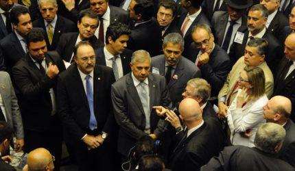 Deputados decidem pelo arquivamento de denúncia contra Michel Temer