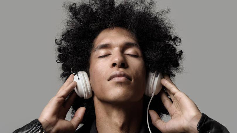 Uma boa dica é ouvir músicas em inglês!