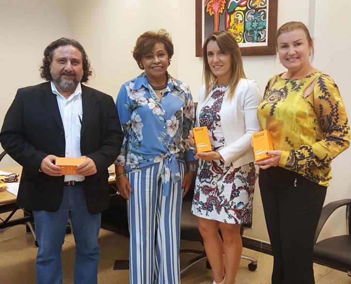 Corregedora Anildes Cruz entrega aparelhos celulares para juízes.
