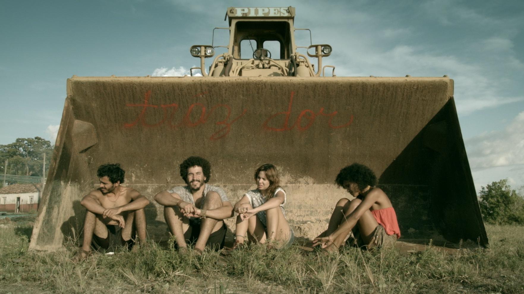 O Dia Em Que Nos Tornamos Terroristas foi escrito por Lucian Rosa (diretor) e Keyci Martins (produtora)