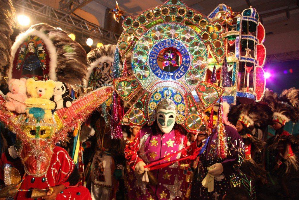 Um dos destaques deste sotaque é o personagem Cazumbá, uma mistura de homem e bicho que, vestido com uma bata comprida, máscara de madeira e de chocalho na mão, diverte os brincantes e o público.