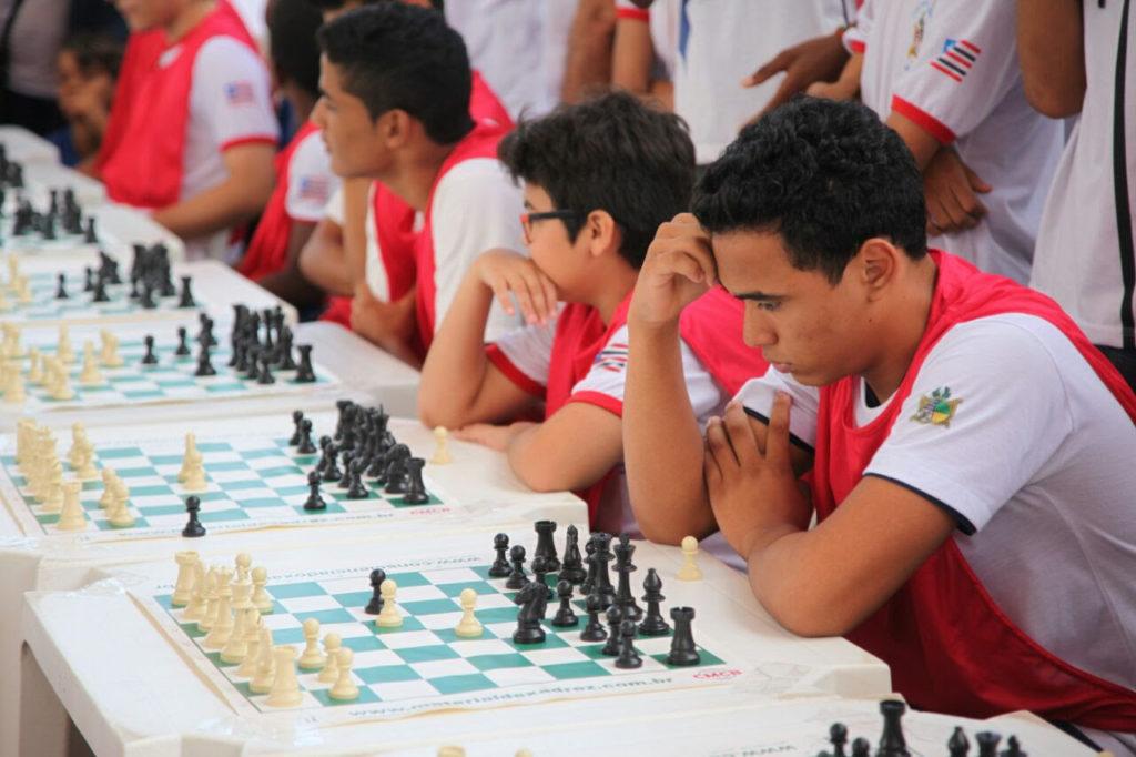 Atividade esportiva de xadrez integra comunidade escolar e desenvolve concentração e raciocínio lógico