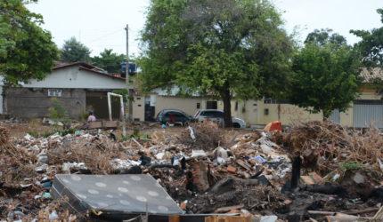 Descarte irregular de lixo preocupa moradores da Cohab