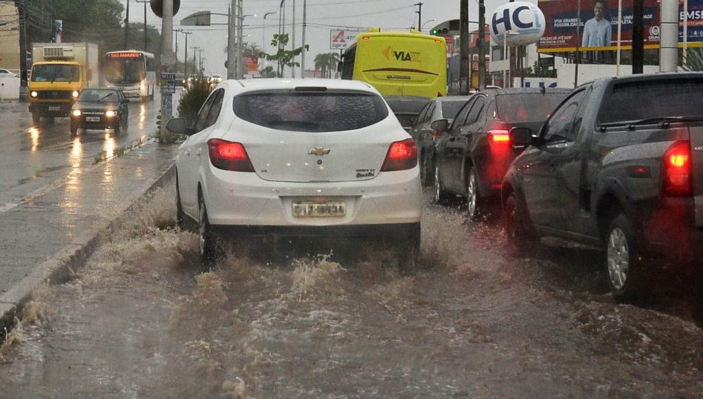 Chuvas causam transtorno no trânsito na Avenida Jerônimo de Albuquerque, em São Luís