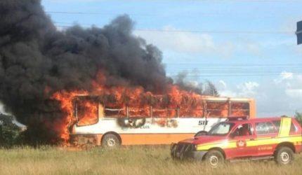 Ônibus pega fogo próximo à UFMA na manhã de hoje