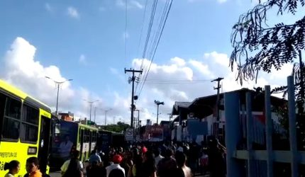 Rodoviários bloqueiam garagem da Primor, em São Luís