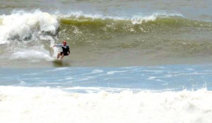 Campeonato de surf movimenta praia de Primeira Cruz