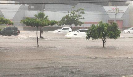 Chuva deixa pontos alagados e trânsito parado em São Luís