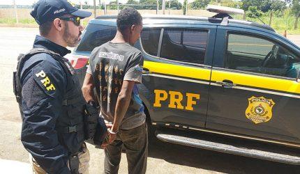 Andarilho pede informação para policiais e acaba preso