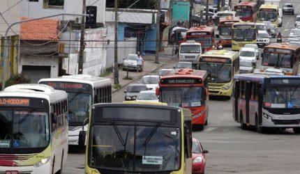 Frota de ônibus na capital vai ser reduzida em 50% nesta sexta-feira