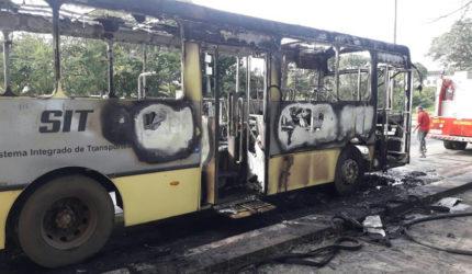 Ônibus pega fogo em avenida de São Luís