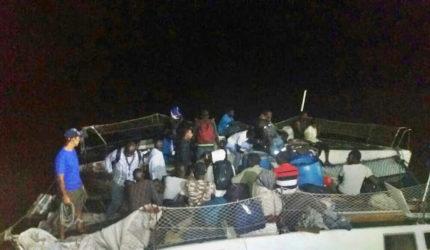 Brasileiros que conduziam embarcação com 25 imigrantes são denunciados