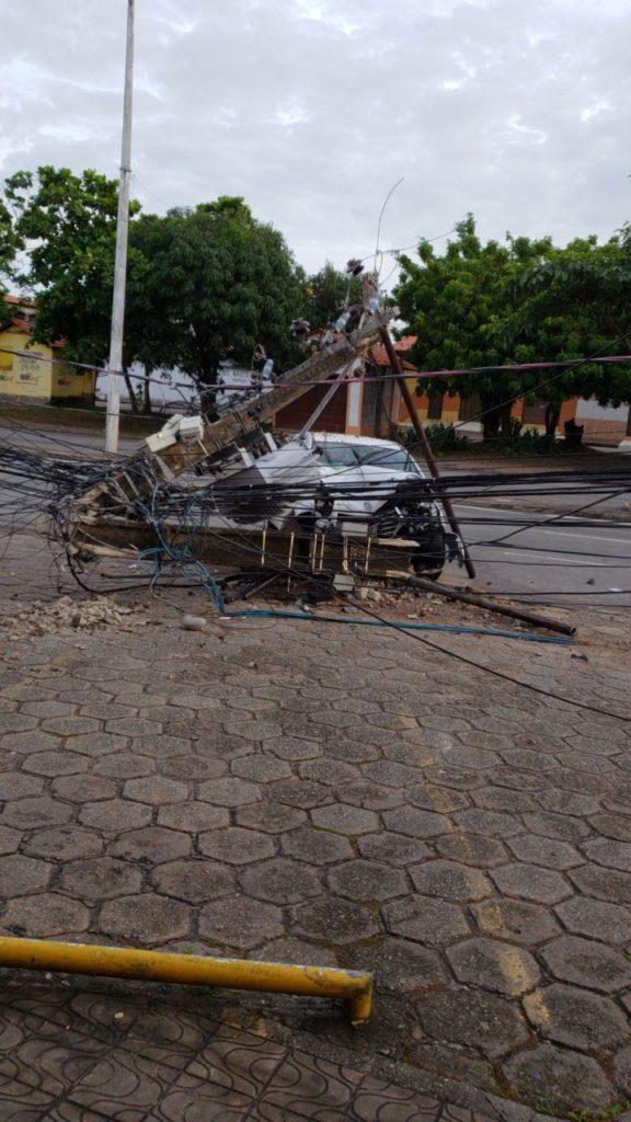 Motorista se choca frontalmente contra poste, na Curva do 90, na avenida jerônimo de albuquerque