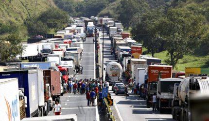 Caminhoneiros continuam mobilizados mesmo depois de acordo com governo federal