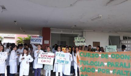 Estudantes de Odontologiaprotestam por melhorias no prédio