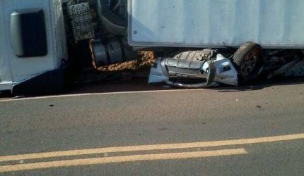 Carreta esmaga caminhonete e duas pessoas morrem