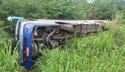 Colisão entre ônibus e caminhão deixa 13 feridos na BR 135