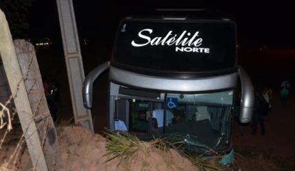 Ônibus perde o controle e bate em banco de areia na BR 222