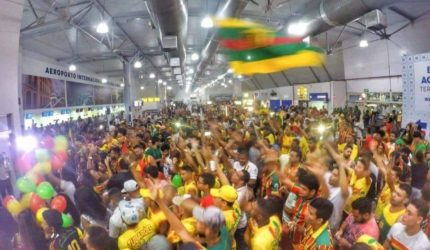 Sampaio é recebido por centenas de torcedores no aeroporto
