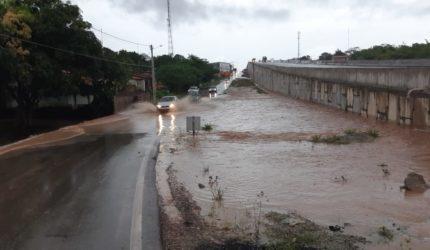 Rompimento de adutora invade viaduto que foi recém-inaugurado