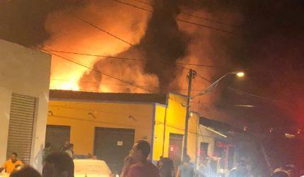 Incêndio atinge loja e casas em Imperatriz