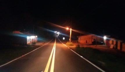 Passageira de motocicleta morre após colisão com caminhão