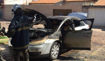 Carro de investigadora de polícia pega fogo em frente de delegacia