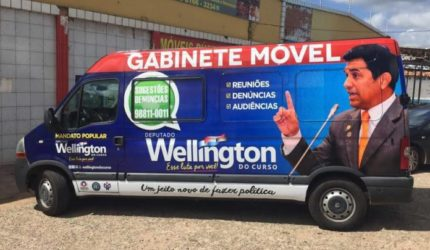 TRE manda deputado Wellington tirar adesivo de seu carro