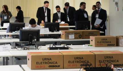 Processo de programar e lacrar as urnas é aberto ao público
