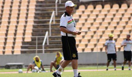 Sampaio reúne comissão técnica e jogadores para diálogo franco