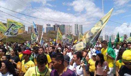 Marcha pró-Bolsonaro leva centenas à Av. Litorânea