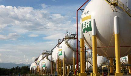 Petrobras sobe preço da gasolina nas refinarias e valor atinge recorde