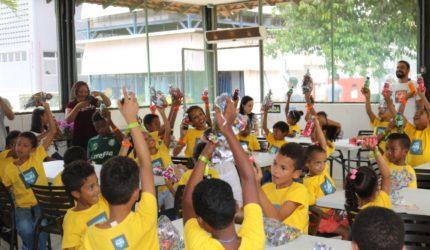 Crianças visitam fábrica de refrigerante em ação social