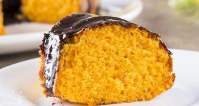 Saiba como fazer bolo de cenoura cremoso