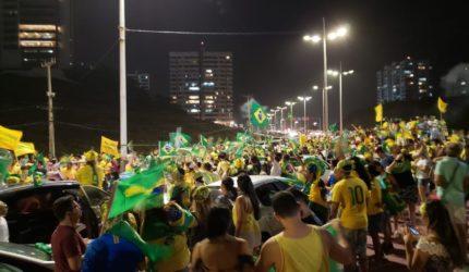 Eleitores de Bolsonaro comemoram na Av. Litorânea