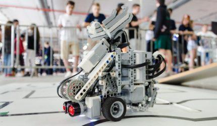 Batalha de robôs agita o público na Feira de Ciências e Tecnologia