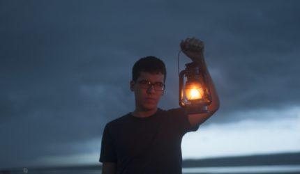 O cotidiano introspectivo no novo álbum de Lucas Maciel