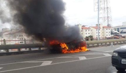 Carro entra em chamas na Ponte Bandeira Tribuzi