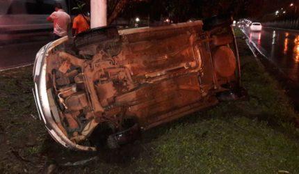 Após colisão lateral, carro capota na BR 135 em São Luís