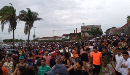 Pré-carnaval surpreende ao reunir milhares e é forçado a encerrar
