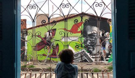 Projeto beneficente para crianças reúne graffiti, cores e educação