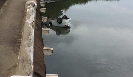 Carro cai da ponte do Ipase e fica submerso