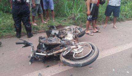Após colisão frontal com uma carreta motociclista morre na BR 222