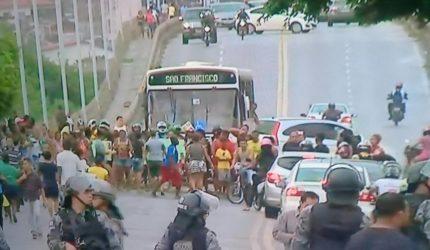 Moradores se manifestam e interditam importante avenida de São Luís