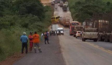 Rio Cacau transborda e interdita a BR 222 próximo a Açailândia