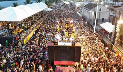 Multidão na Beira Mar com Lamparina, Chico César e Tatau
