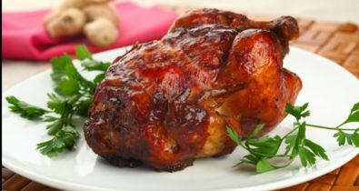 Aprenda a cozinhar galeto assado no forno para os almoços de domingo