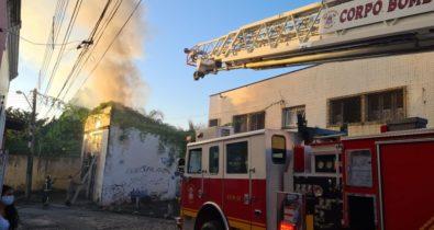 Depósito localizado no bairro da Madre Deus pega fogo
